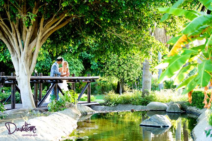 wedding couple at Tikitanos
