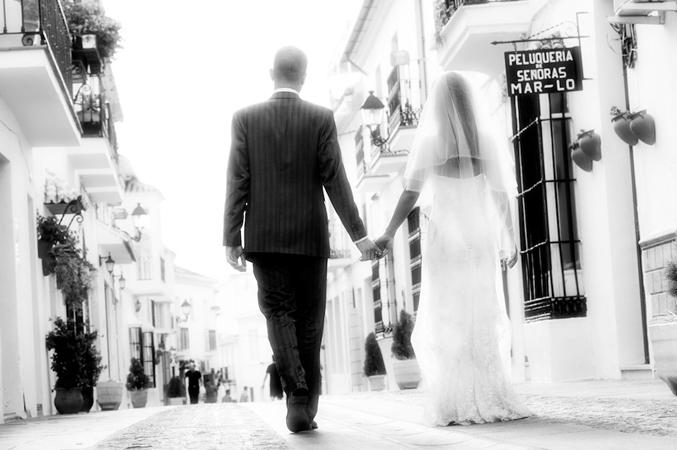 bride-&-groom-street-shot