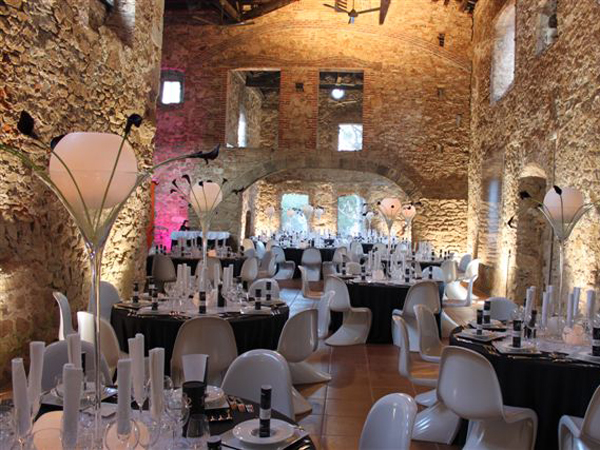Rustic-dining-room-at-wedding-venue-in-Barcelona
