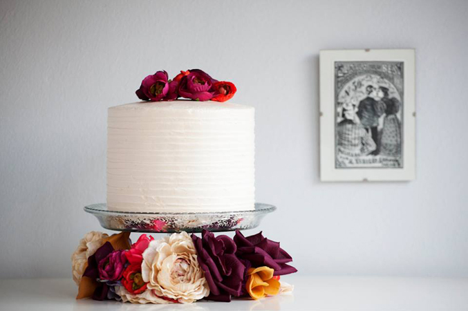 simple-cake-with-fresh-flowers for your wedding in Spain