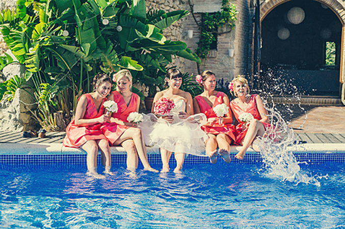 bride-with-her-bridesmaids-at-her-wedding-in-Barcelona