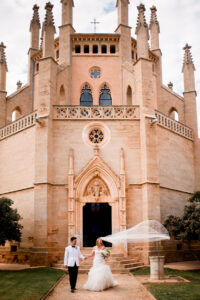 Bride and groom on the church steps - Roger Castellvi