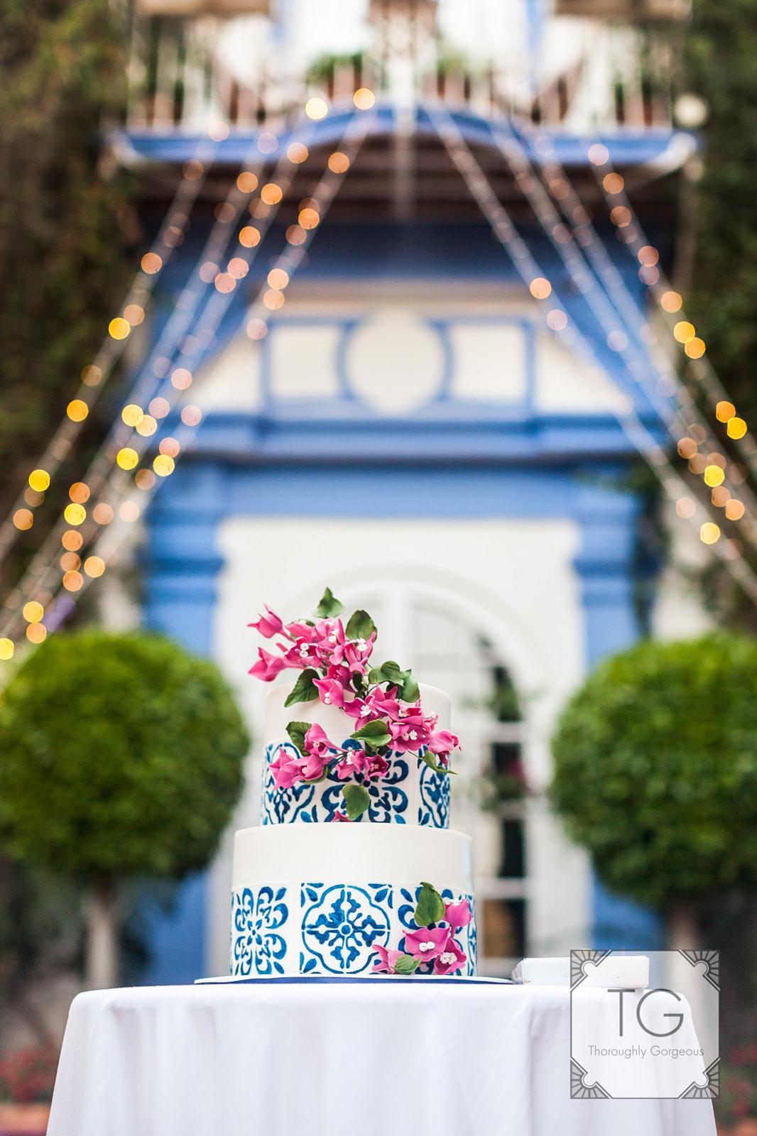 Wedding cake decor and lighting