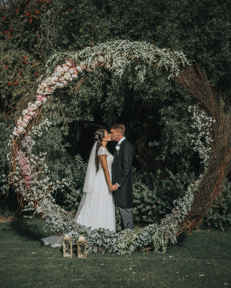 The Love Hunters - Bride and groom in a floral circle