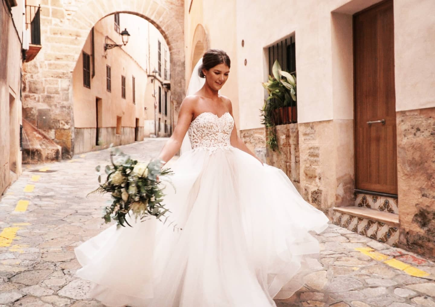 A bride in the old town, Lluís, wedding videographer