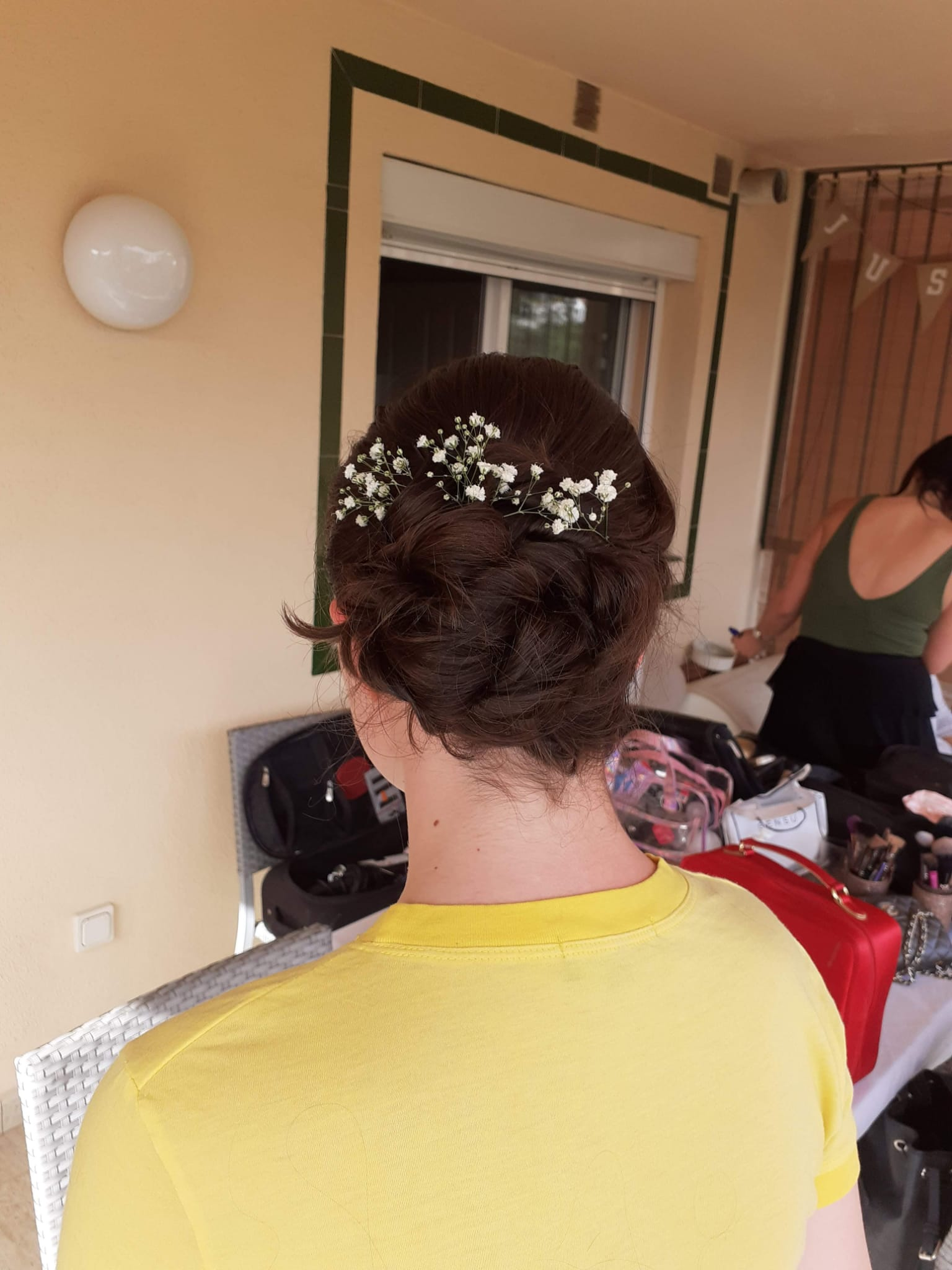 Baby�s breath flowers the perfect bridal hair accessory.